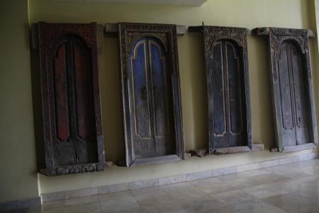 the ubiquitous bali door (dennis' photo)