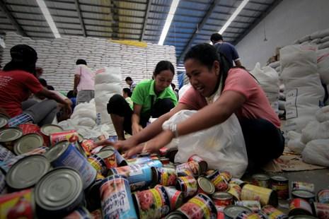 Ilang trak ng nabubulok na food aid ay binaon sa lupa sa Leyte
