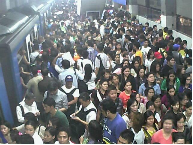 noong malayung-malayo pa ang Semana Santa'y nagdurusa na ang mga pasahero ng MRT