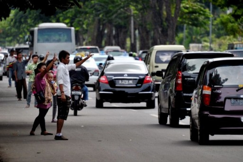 "called ""car jockeys"", you can hire ""passengers"" to  skirt the rule on ""3-passengers-per-car"" in jakarta"